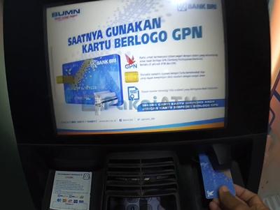 2. Masukkan Kartu ATM ke Mesin ATM
